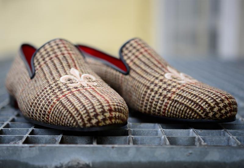 Slipper mit Stickerei aus Tweed