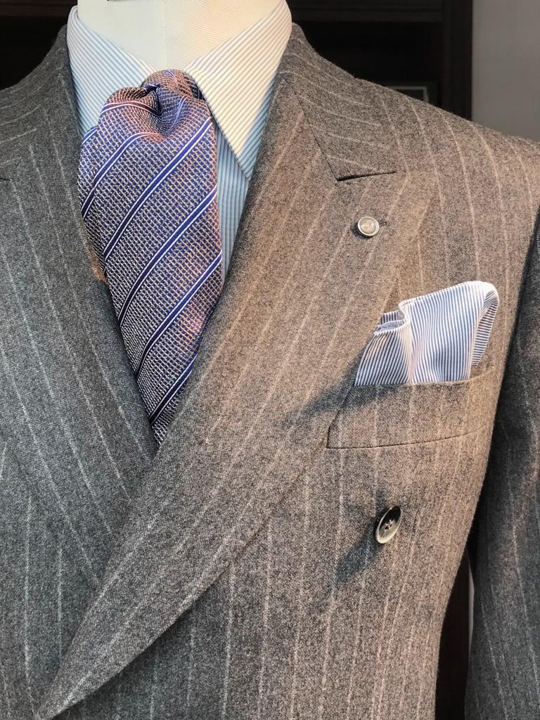 grauer Anzug mit Kreidestreifen