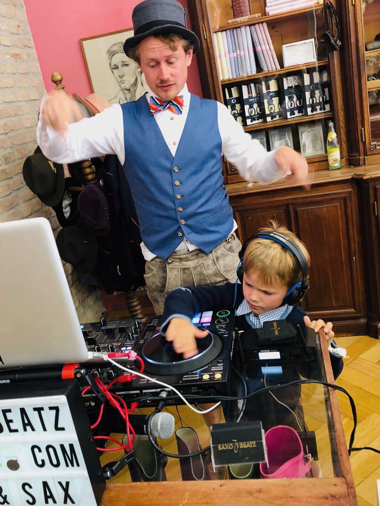 Saxobeatz DJ und Nachwuchsgast