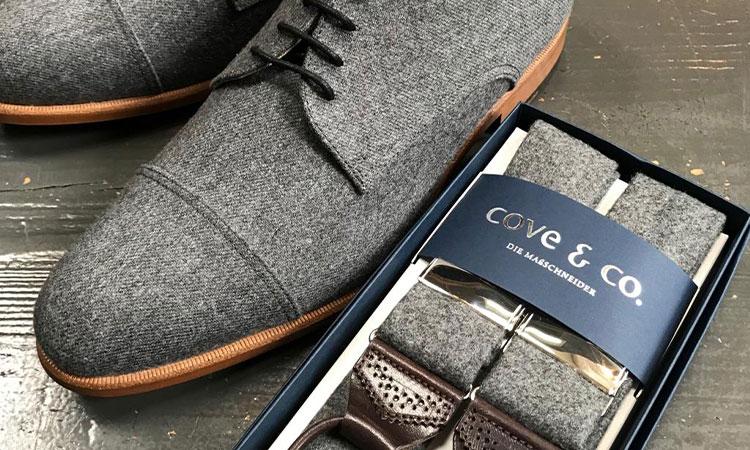 grauer Hosenträger mit passendem Schuh