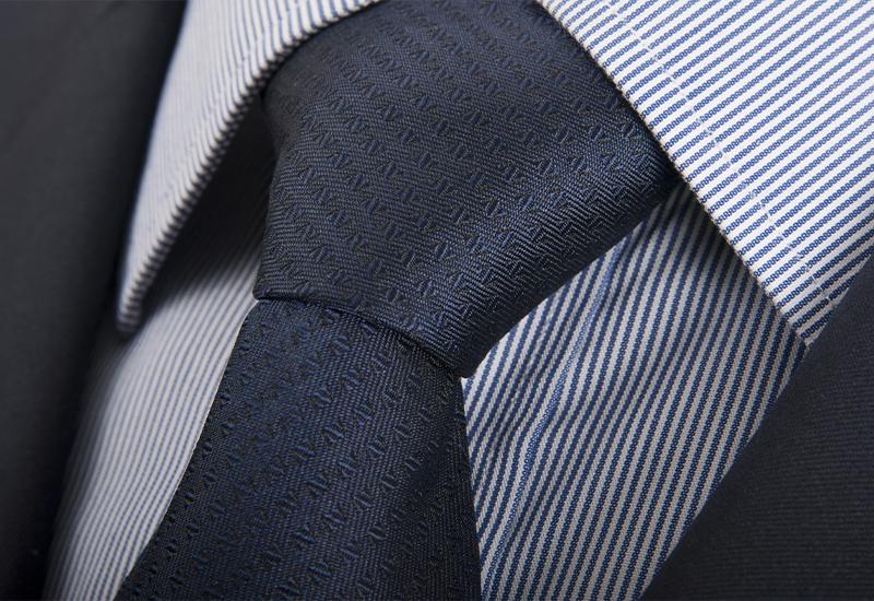 Krawattenknoten dunkelblau